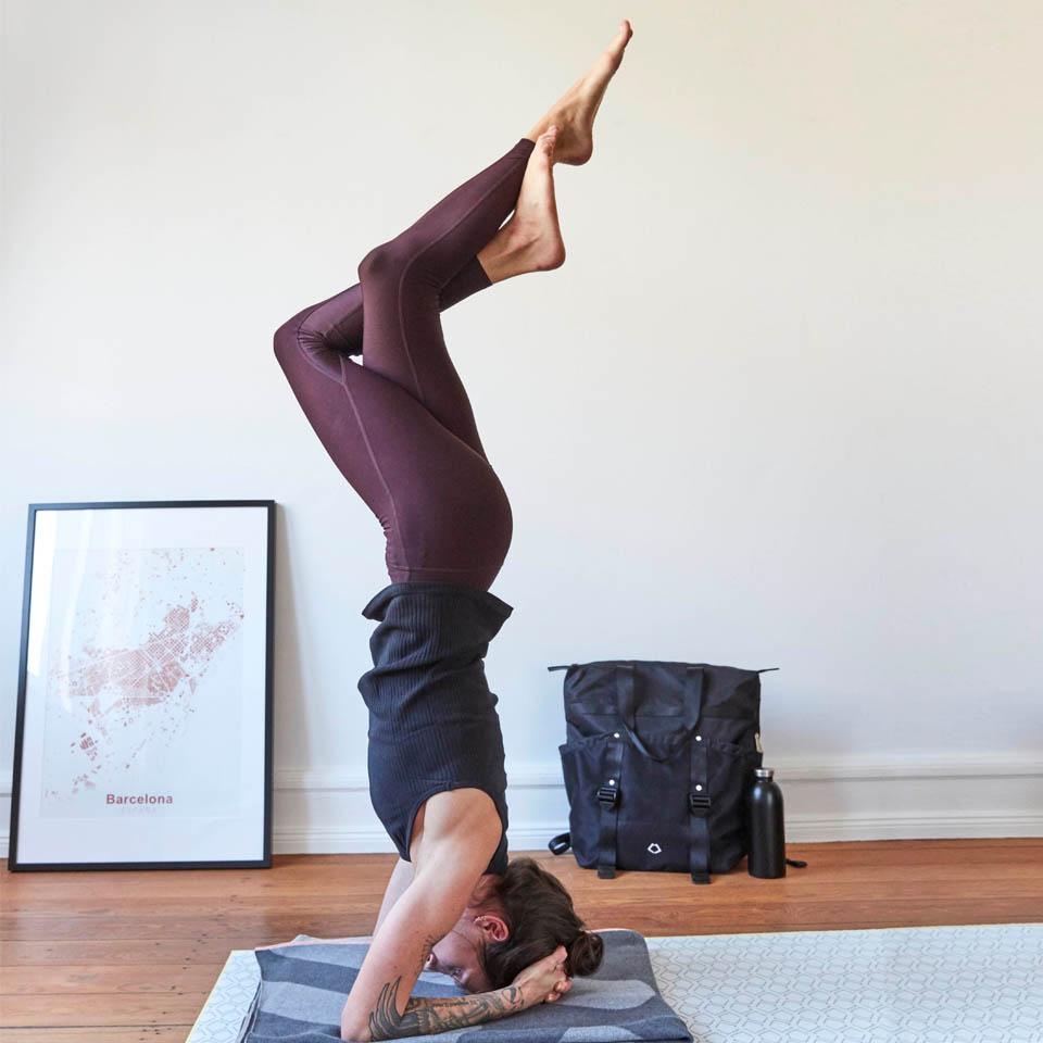 LAESSIG-Yoga-Asana-Kopfstand-Tipps-fuer-Elterm-Schwangere-Meditation