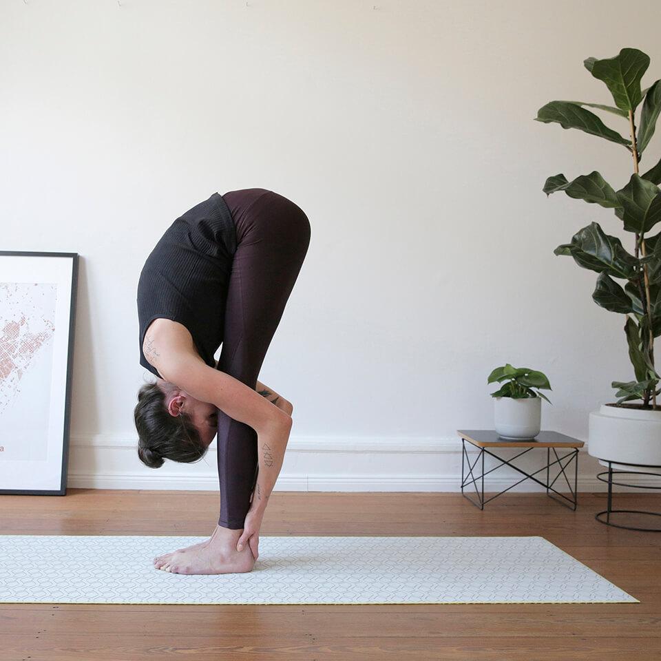 LAESSIG-Yoga-Love-Asana-Tipps-zur-Entspannung-Vorwaertsbeuge1d3U5mYBIUT6o